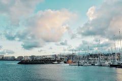 城市小游艇船坞的入口有风船的被停泊等待在航行赛船会开始的弧横越大西洋的几天前 图库摄影