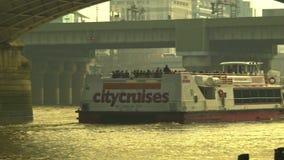 城市巡航会议在Southwark桥梁下,平底锅向伦敦桥 股票视频