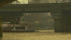 城市巡航会议在Southwark桥梁下,从伦敦桥的平底锅 股票录像