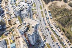 城市工地工作空中顶视图  新的现代多层的大厦的建筑 库存图片