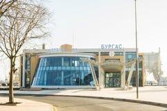 城市布尔加斯的中央汽车站在保加利亚-保加利亚语语言写的南部的汽车站标志 库存照片
