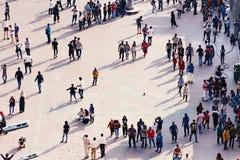 城市广场与日常生活在大镇-花费他们的业余时间的人人群,互相互动 图库摄影