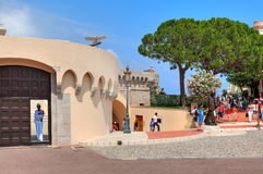 城市广场和入口的游人对王宫在摩纳哥。 免版税库存照片