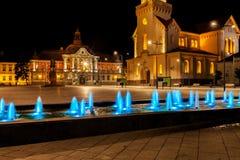 城市广场的夜视图在兹雷尼亚宁,塞尔维亚 库存图片