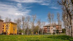 城市庭院和多云天空的时间间隔在春天 影视素材
