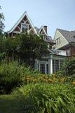 城市庭院草坪豪宅 库存照片