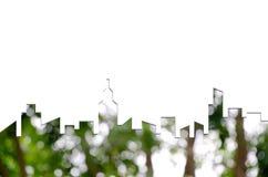 城市形状图表在迷离绿色树Bokeh的  绿色大厦建筑学 免版税库存图片
