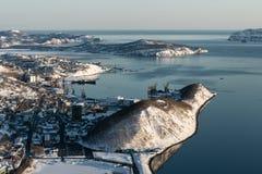 城市彼得罗巴甫洛斯克Kamchatsky和Avacha顶视图咆哮 免版税库存照片