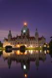 城市德国大厅汉诺威晚上 库存图片