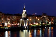 城市德聂伯级,乌克兰,有照亮的教会的看法在秋天晚上,光在水中反射了 免版税库存照片