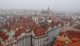 城市或时钟的屋顶在老正方形附近的在布拉格在捷克 免版税库存照片