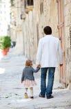 城市户外女儿父亲 免版税库存照片