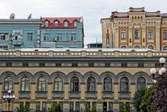城市房子的片段有窗口和屋顶的反对天空 库存照片