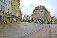 城市捷克karlovy共和国塔变化视图 街道的交叉点在城市 库存照片