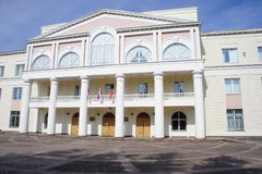 城市政府大楼在一个省辖市Dolgoprudny莫斯科地区的中心 库存图片
