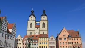 城市教会双圆顶有五颜六色的历史建筑的 免版税库存图片