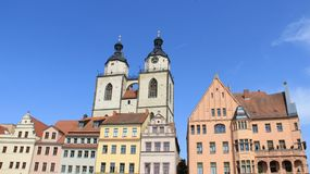 城市教会双圆顶有五颜六色的历史建筑的 免版税库存照片