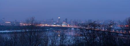 城市新月形晚上雨 免版税图库摄影
