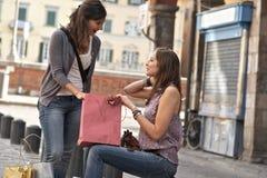 城市新购物的妇女 免版税库存照片