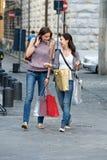 城市新购物的妇女 免版税库存图片