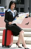 城市方向映射移动的妇女 库存图片
