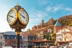 城市时钟和Narikala堡垒,第比利斯,乔治亚 免版税图库摄影