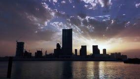 城市有现代摩天大楼的日落的- Al Reem阿布扎比地平线和工作区时间间隔  影视素材