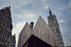 城市有跟特钟楼的市场大厅在比利时 库存图片