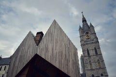城市有跟特钟楼的市场大厅在比利时 库存照片