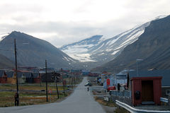 城市朗伊尔城、斯瓦尔巴特群岛、挪威和Longyearbreen 免版税库存照片