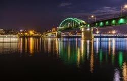 城市桥梁在夜 免版税库存照片