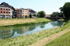 城市横向反射了河 库存图片
