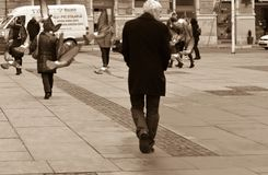 城市步行正方形的图象与漫步的人的  飞行在人头上的鸽子 乌贼属定调子图象 欧洲, 01 02 2018年 库存照片