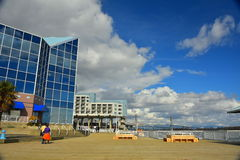 城市步行视图在与一朵蓝天和白色云彩的一个晴天 库存图片