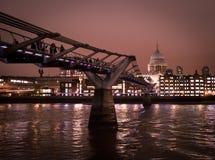 城市步行-夜圣的Pauls千年新娘 库存图片
