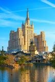 城市池塘好几天和一座高层建筑物的看法在Mosco 免版税库存图片