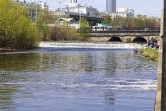 城市池塘的看法 免版税库存图片