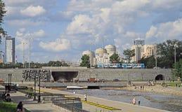 城市池塘的水坝在叶卡捷琳堡,俄罗斯 库存图片