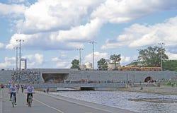 城市池塘的水坝在叶卡捷琳堡,俄罗斯 免版税库存图片