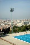 城市池游泳视图 免版税库存照片