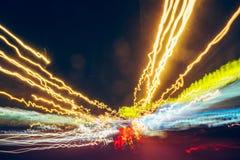 城市汽车通行在行动迷离,长的曝光,抽象速度背景点燃 库存照片