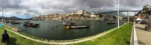 城市河沿全景与古色古香的酿酒厂小船的停泊了在D 库存图片