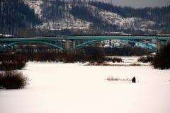 城市河的孤独的渔夫 库存照片