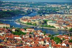 城市河视图vltava 免版税库存照片
