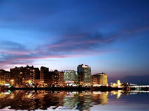 城市海岸晚上 库存照片