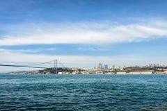 城市海岸线和桥梁在海上在蓝天下与白色分类 库存照片