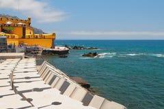 城市海滩和古老堡垒海洋的沿岸航行丰沙尔,马德拉岛,葡萄牙 库存图片