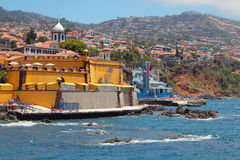 城市海滩和古老堡垒 丰沙尔马德拉岛葡萄牙 免版税库存图片