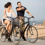 城市海滩的两个人 免版税库存图片