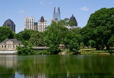 城市深绿湖 免版税库存图片